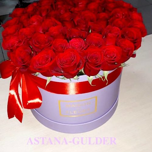 Розы в коробке с доставкой в Нур-Султане